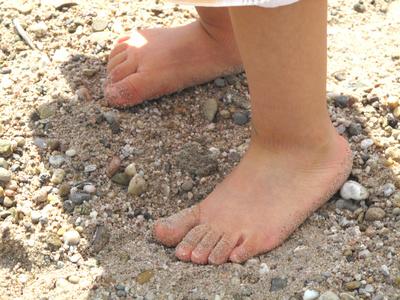 Auf einem Barfußweg spüren die Kinder intensiv den Boden.  Foto: (c) Helene Souza  / pixelio.de