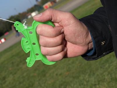 Alles im Griff! Beim Drachensteigen gibt es einige Vorsichtsregeln zu beachten.  Foto: (c) CFalk  / pixelio.de