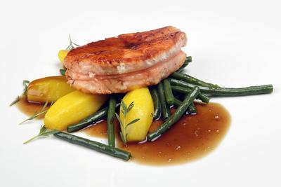 Lachs grillen ist kinderleicht. vor allem mit der Zitronenmelissen-Marinade schmeckt er deutlich besser als Fischstäbchen. Foto: Tim Reckmann  / pixelio.de