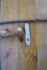 Zum schitzen vom Nashorn braucht Ihr ein Stück Haselnuss-Holz, einen dünnen Ast, Taschenmesser mit Ahle (Dorn), ein kleines Stück Schnur und einen Bleistift. Foto. (c) Kinderoutdoor.de