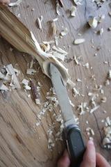 Vorsichtig die Löffelschale aushöhlen. Je besser und schärfer die Klinge vom Messer ist, um so leichter tut Ihr Euch.  Foto: (c) Kinderoutdoor.de