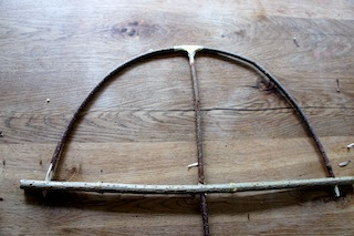Weiter geht´s beim Drachenbasteln: Nun bauen wir den zweiten Haselnuss Ast vorsichtig ein. Foto. (c) Kinderoutdoor.de