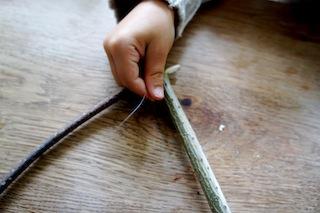 Spannend! Mit dem Nylonfaden verbindet Ihr den Bogen und den Haselnuss-Ast. Foto: (c) Kinderoutdoor.de