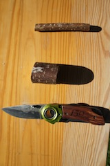 Unsere kleine  Holzschnitzer brauchen für den Bau eines Kreisels nur einen mindestens fünf Zentimeter dicken Haselnuss-Ast, einen dünnen Zweig und ein Taschenmesser. Das ist alles! Foto: (c) Kinderoutdoor.de