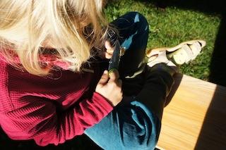 Die kleinen Holzschitzer wissen es: Bei einem Kreisel muss die Spitze in einem flachen Winkel sein.  Foto: (c) Kinderoutdoor.de