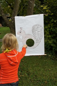 Wildtierfütterung bei der Schnitzeljagd mit dem Motto: Tiere im Wald. Eine Station die viel Geschicklichkeit erfordert. Foto: (c) Kinderoutdoor.de