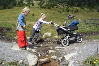 Mit dem Outdoor Kinderwagen,hier der Buffalo von Bugaboo, sind Eltern bei Ihren sportlichen Aktivitäten in der Natur wieder mobil. Foto: (c) Kinderoutdoor.de