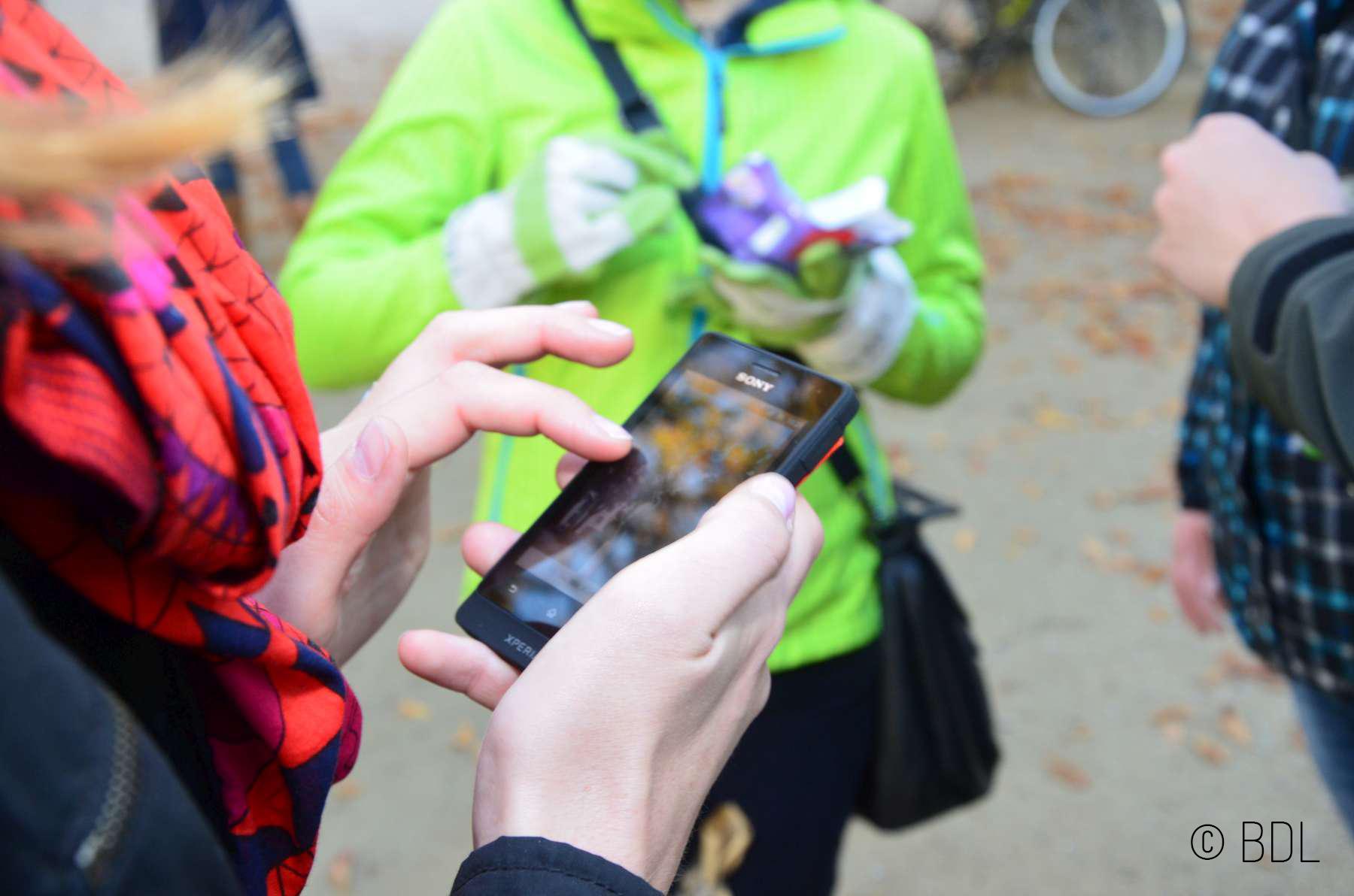 Jeder kann zuhause, als Privatperson, kostenlos die eigene Schnitzeljagd für das Smartphone am Computer erstellen. Foto; (c) actionbound