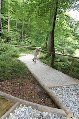 Der Barfußweg in Baiersbronn ist in den Holzweg integriert. Foto: (c) Kinderoutdoor.de