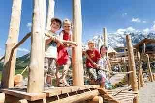 Auf der Alm da gibt´s viel Spaß! Im Herbst können Kinder auf der Übergossenen Alm viel erleben. Foto: (c) Alpinresort & Spa Übergossene Alm/ Salzburger Land