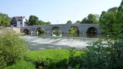 Bei der Kanutour auf der Lahn bekommt Ihr auch die alte Lahnbrücke in Wetzlar zu sehen. Foto: (c) Makrodepecher  / pixelio.de