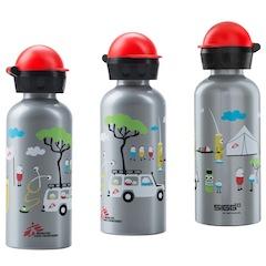 Sigg baut die Mfs-Kollektion zugunster der Ärzte ohne Grenzen um eine Kinderflasche aus. Wer eine solche Aluflasche kauft, unterstützt damit diese Organisation. Foto: (c) kinderoutdoor.de