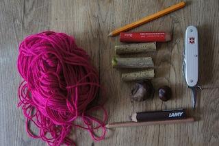 Zum Basteln der Kastanien Hollunder Kette braucht Ihr: Ein Taschenmesser mit Ahle (Dorn), Wolle, Hollunder, Kastanien und Stifte. Foto: (c) Kinderoutdoor.de