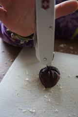 Mit der Ahle vom Taschenmesser durchbohrt Ihr die Kastanien. Foto: (c) Kinderoutdoor.de