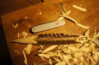 Jetzt ist beim Holzschnitzen Fingerspitzengefühl gefordert: Sägt vorsichtig das Maul vom Krokodil. Foto: (c) Kinderoutdoor.de
