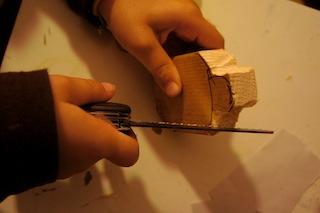Sägt oder schnitzt nun die Ecken weg. Foto: (c) Kinderoutdoor.de