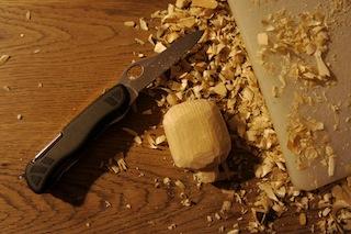Mit dem Taschenmesser den Marienkäfer aus Holz abrunden.  Foto: (c) Kinderoutdoor.de