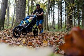 Jogger Kinderwagen kommen in fast jedem Gelände durch.  Foto:(c) Kinderoutdoor.de