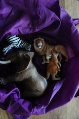Tiere raten, auch das ist eine Spielstation bei der Schnitzeljagd am Kindergeburtstag. Foto: (c) Kinderoutdoor.de