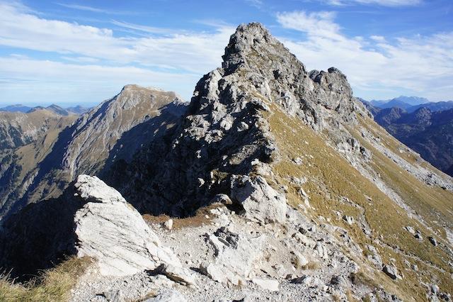 Seitlich vom Gipfel ist Ruhe.  Hier der Zustieg zum Hindelanger Höhenweg. Foto(c) Kinderoutdoor.de