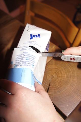Als nächstes zerschneidet Ihr mit dem Taschenmesser den Tetrapack. Foto: (c) Kinderoutdoor.de