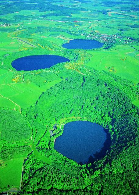 """Wandern auf Vulkanen. Ideal ist dafür die Eifel, gut 240 ehemalige Feuerberge gibt es hier.  Bildnachweis """"Archiv Eifel Tourismus GmbH"""