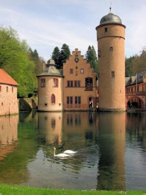 Die Schlösser von König Ludwig II. in Bayern kennt jeder, doch auch das Schloss Mespelbrunn hat seine Reize und ist ein tolles Ziel für eine Familienradtour. Foto: (c) zaubervogel  / pixelio.de