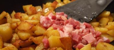 Ein Bratkartoffeln Rezept kann viele Varianten haben.  Foto: (c) Jens Bredehorn  / pixelio.de