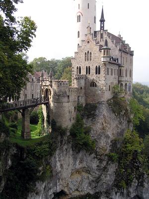 Schlösser gibt es in Baden-Württemberg einige. Bärli hat sich Schloss Lichtenstein ausgesucht. Hier könnt Ihr zu einem Kletterwald wandern oder die Nebelhöhle besuchen. Foto: (c) H.-J. Grosche  / pixelio.de
