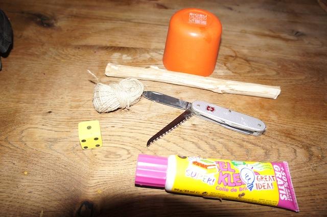"""Wir basteln mit Kindern das Spiel """"Mäuse fangen"""". Hier ist alles was Ihr an Bastelmaterial braucht. Foto: (c) Kinderoutdoor.de"""