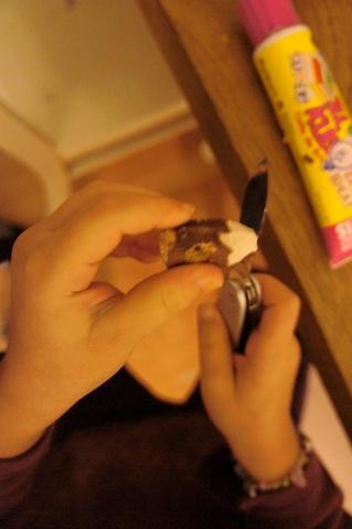 Zuerst spitzt Ihr die Holzstücke an einem Ende wie einen Bleistift an. Foto: (c) Kinderoutdoor.de