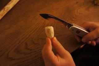 Mit dem Taschenmesser das andere Ende vom Holzstück abrunden. Foto: (c) Kinderoutdoor.de