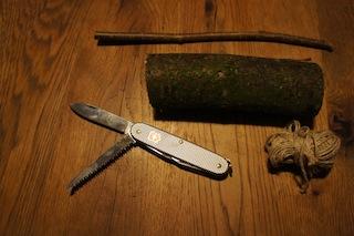 Hier ist alles was Ihr braucht um ein Nilpferd zu schnitzen! Toll mit wie wenig Material das funktioniert! Foto: (c) Kinderoutdoor.de