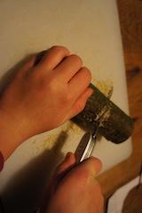 Links uns rechts sägt Ihr das Holz ein. Foto. (c) Kinderoutdoor.de