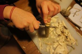 Nun vorsichtig das Holz spalten mit dem Taschenmesser spalten.  Foto (c) Kinderoutdoor.de
