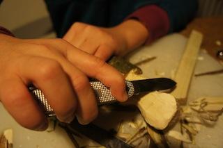 Nun schnitzt Ihr die Kanten vom Nilpferdkopf ab.  Foto: (c) Kinderoutdoor.de