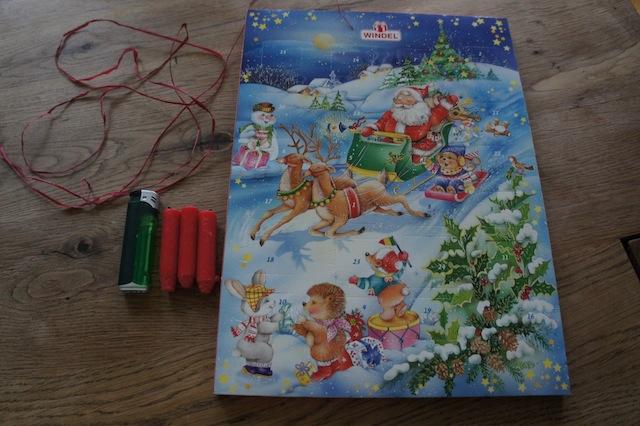 Basteln mit Kinder im Advent: Dazu brauchen wir einen Adventskalender, Kerzenreste, Nähgarn und ein Feuerzeug. Foto: (c) Kinderoutdoor.de