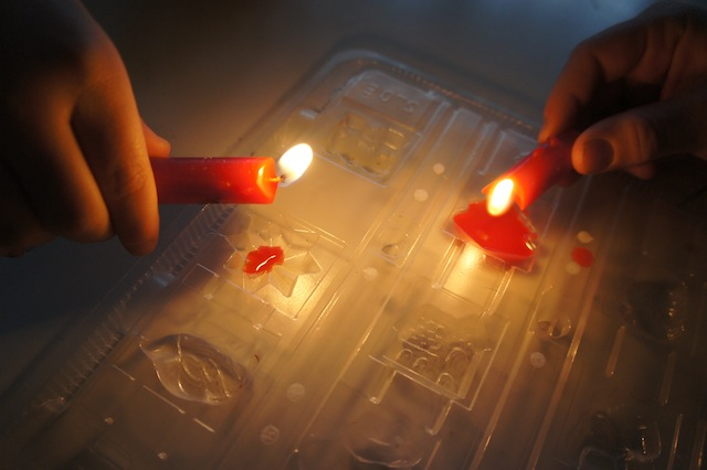 Zündet die Kerzenreste an und lasst das Wachs dorthinein tropfen, wo zuvor die Schokolade gewesen ist. Foto: (c) Kinderoutdoor.de