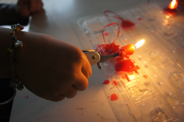 So bleiben die Finger bei kleinen Kerzenstummeln heil. Foto: (c) Kinderoutdoor.de