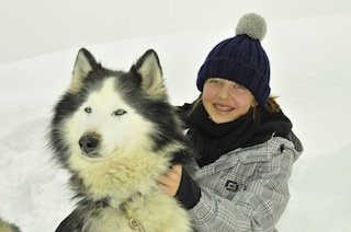 Vier Pfoten sind besser als vier Reifen! In einem speziellen Parcours können Familien gemeinsam mit ihrem tierischen Begleiter die beeindruckende Winterlandschaft des Kühtai erkunden. Copyright: Husky Toni