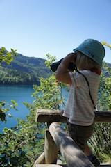 Beim Wandern mit Kindern verhindert ein Fernglas garantiert Quengelattacken. Foto: (c) Kinderoutdoor.de