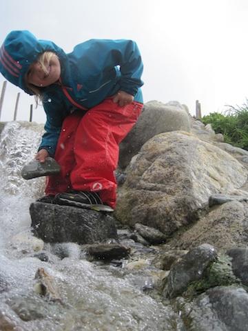 Eine Regenhose muss einiges mitmachen, wie hier das Modell Keksi von Finkid Foto: (c) Kinderoutdoor.de