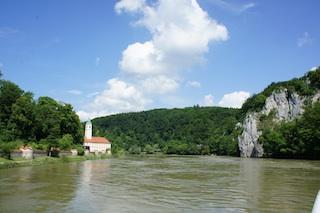 Kloster Weltenburg mit dem Donaudurchbruch und dem Keltenwall ist im Herbst ein tolles Ziel für eine Familienwanderung.  Foto: (c) Kinderoutdoor.de
