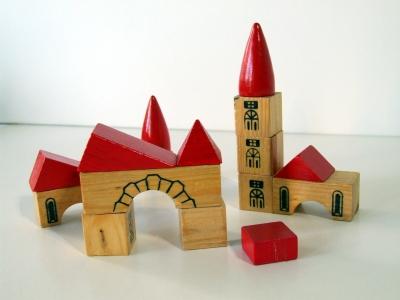 Im Dunkeln einen Turm bauen. Auch das ist eine Aufgabe der Schnitzeljagd. Foto: (c) Silke Kaiser  / pixelio.de