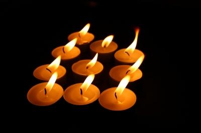 Wer schafft es die Kerzen am schnellsten auszupusten bei unserer Schnitzeljagd im Dunkeln? Foto: (c) Simone Hainz  / pixelio.de