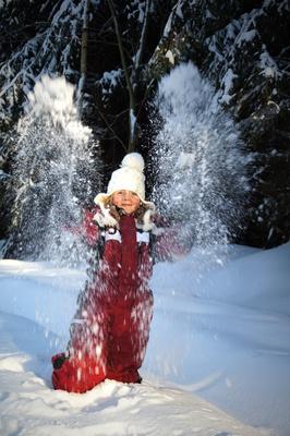 Die Familienhotels in Südtirol gehen mit den kleinen Naturdetektiven durch die winterliche Landschaft. Foto: (c) Juana Kreßner  / pixelio.de