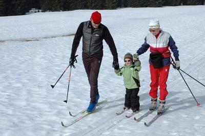 Beim Langlauf mit Kindern ist wichtig, dass die Loipe kurz und wenig steil ist. Foto: (c) Renate Tröße  / pixelio.de