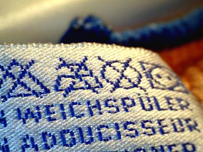 Was ist drinnen in Outdoor Jacken, fragen sich die Kunden.  Foto: (c) Aka  / pixelio.de