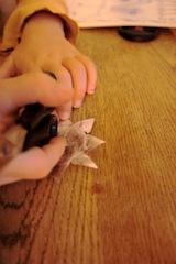 Nun glättet Ihr den Stern mit der Schere oder dem Griff vom Taschenmesser. Foto (c) Kinderoutdoor.de