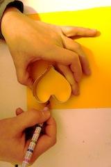 Mit dem Stift zeichnet Ihr die Ausstechform nach. Foto: (c) Kinderoutdoor.de